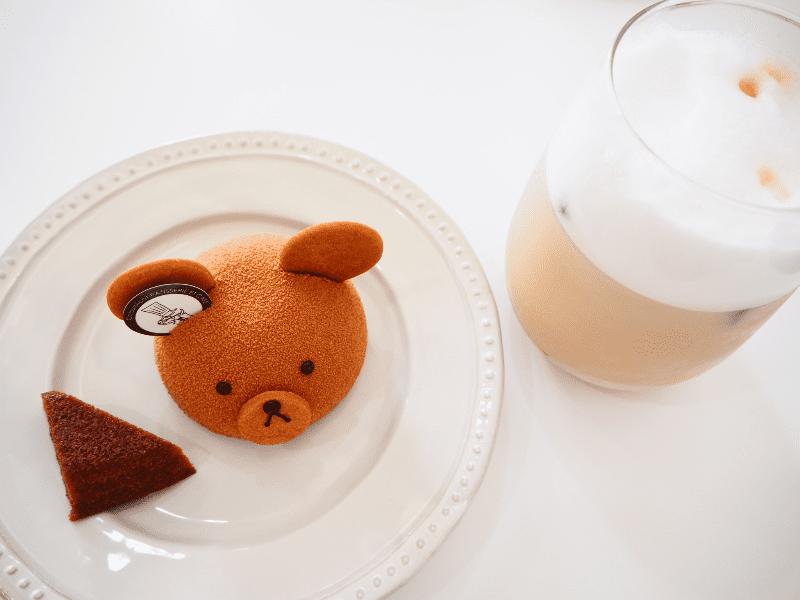 クマさんのケーキとカフェラテ