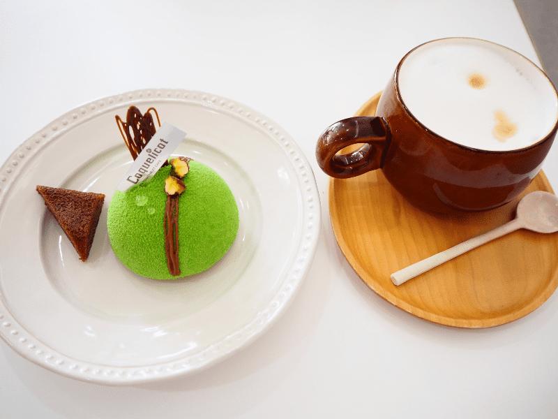 ケーキとキャラメルマキアート
