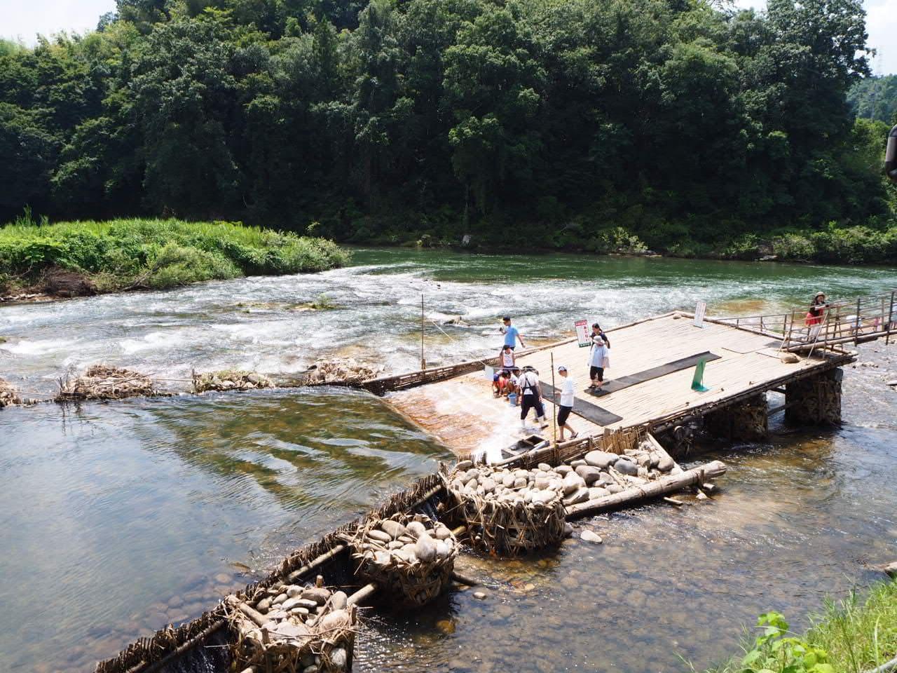 広瀬やなの奥に流れる川