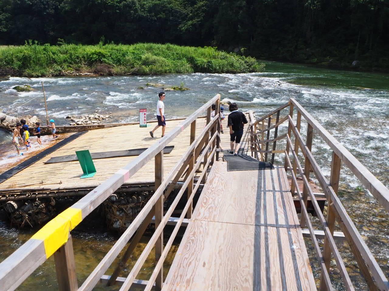鮎のつかみ取りまでいく橋の上