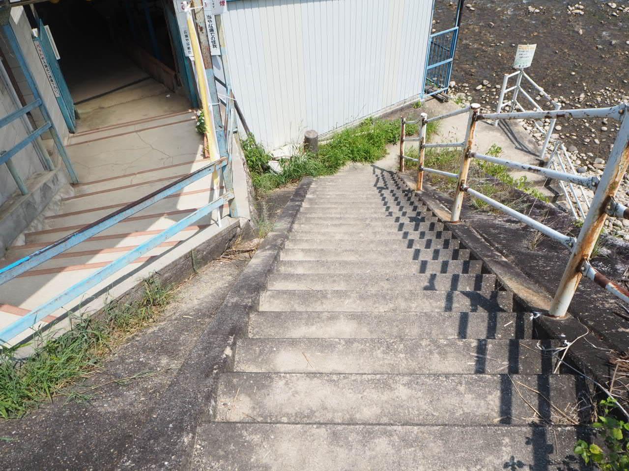 矢作川に行くための階段