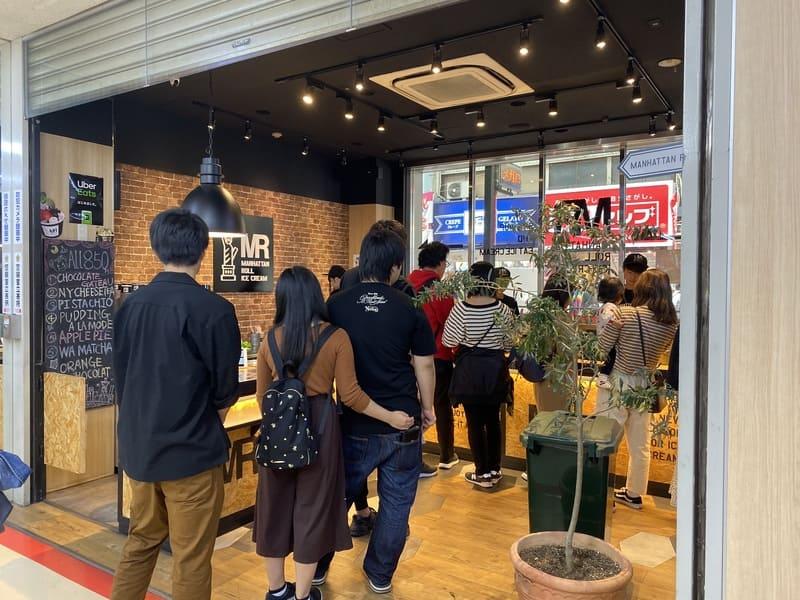 マンハッタンロールアイスクリーム大須店の行列